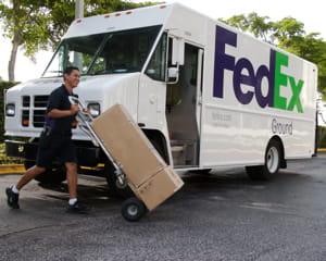 un camion de livraison fedex.