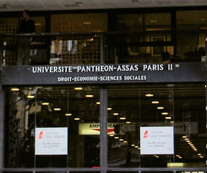 l'entrée de l'université paris ii-assas, à paris.