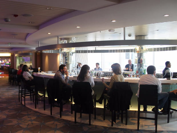 Un grand bar martini