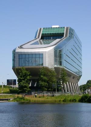 a amsterdam, l'immeuble d'ing en forme de sabot est l'un des plus célèbres de la