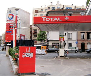 le groupe total est le leader français de la distribution d'essence.