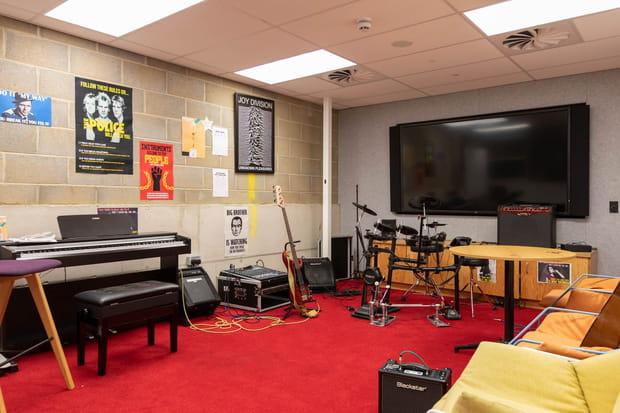 Une salle de musique partagée