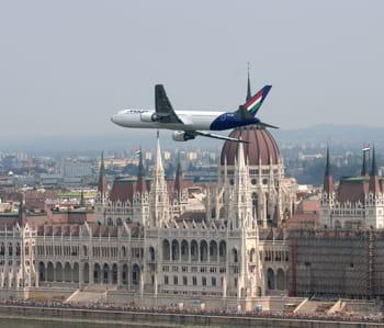 un b767 de malev dans le ciel de budapest, la capitale hongroise.