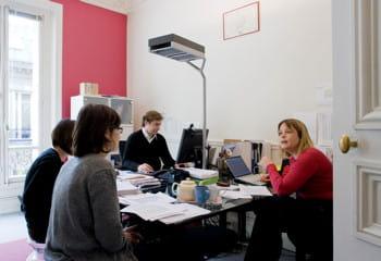 yseulys costes (à droite) et thibaut munier (au centre) dans leur bureau
