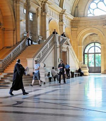 les scènes de procès sont souvent tournées au palais de justice de paris.