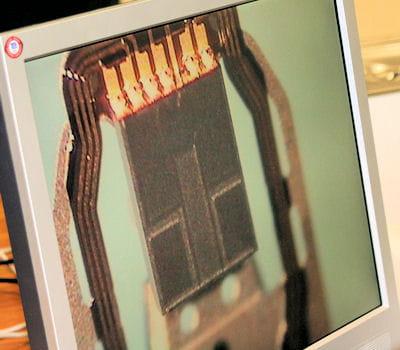 une tête de lecture d'un disque dur, auscultée au microscope électronique.