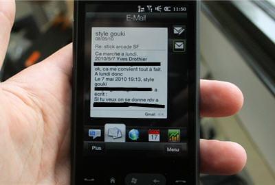 les mails et les sms se lisent très bien grâce à une interface superbe. a vous