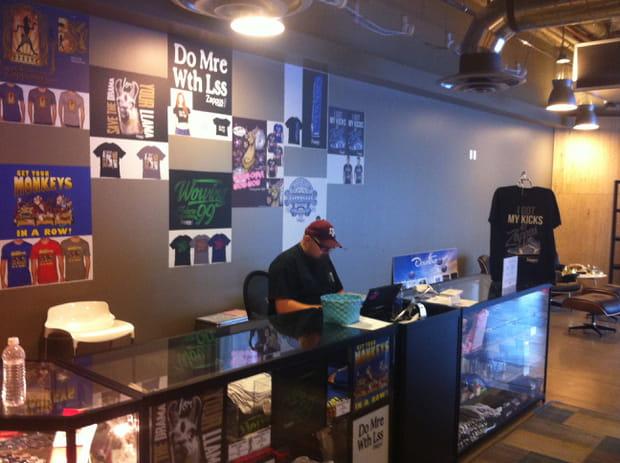 Tee-shirts et produits dérivés à l'effigie de Zappos