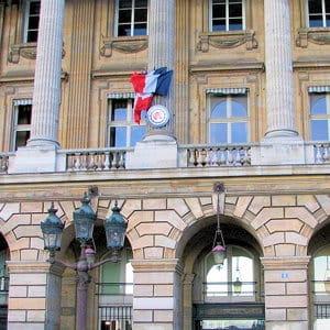 la façade de l'automobile club de france, où se réunit le siècle.