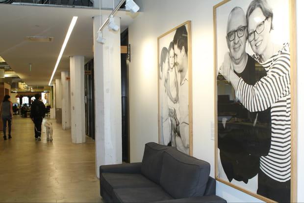 Des photos des locataires Airbnb affichées dans les couloirs