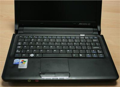 le clavier est assez grand : 80% environ d'un clavier classique