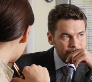 la main devant la bouche joue souvent le rôle d'une barrière protectrice.