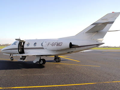 le falcon 10 de vivendi à l'aéroport de lyon.
