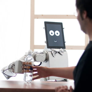 le robot james est capable d'anticiper les attentes du client.