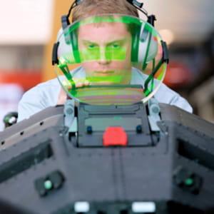 contrôle des systèmes du cockpit de l'eurofighter sur la chaîne d'assemblage