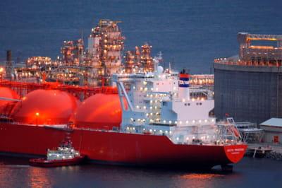 dans le port de melkøya, un tanker ramène du gaz naturel liquéfié en provenance