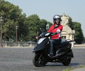 les scooters sont adaptés à la conduite en été.