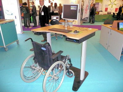 ce mobilier de bureau est équipé d'un ordinateur dont le positionnement est
