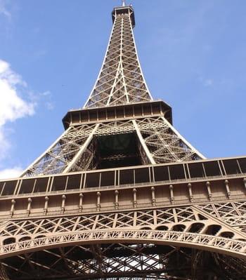 la tour eiffel, en arrière-plan de presque tous les films parisiens mais moins