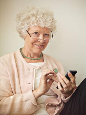 doro développe des téléphones mobiles simplifiés pour les seniors.