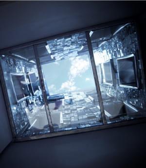 des miroirs inclinés installés sur les façades intérieures permettent de