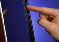 un faisceau d'infrarouges reconnaît le doigt