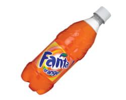 une bouteille de fanta orange.