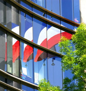 le reflet d'un drapeau tricolore.