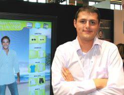 johann gobe, co-fondateur d'e-fijy, à côté d'une borne conçue pour jules