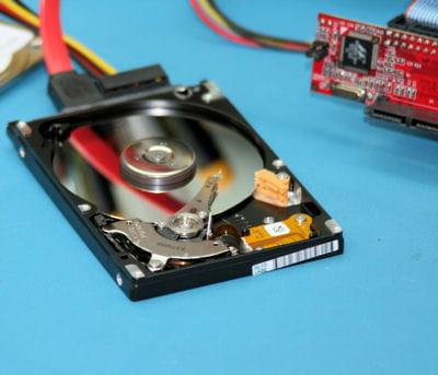 placé sur le banc propre, ce disque dur est testé, après changement de la tête