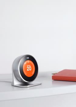 le thermostat connecté de nest, racheté par google en 2014, permet d'ajuster la