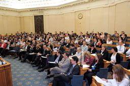 plus de 200 personnes dans l'auditoire, rassemblées salon colbert, à l'assemblée