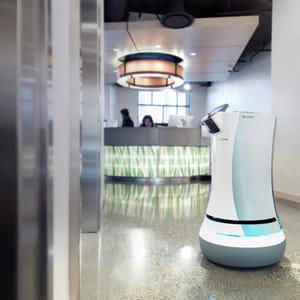 le robot savione allège les tâches des employés d'hôtel.