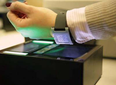 les montres connectées commencent à être utilisées pour gérer le ticketing.