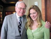 warren buffett et l'auteur de sa biographie, alice schroeder.