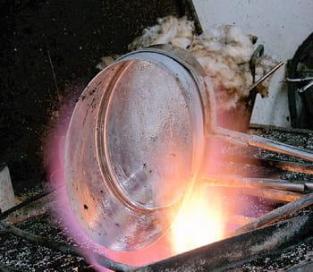 mauviel fabrique toujours ses cuivres à l'ancienne.