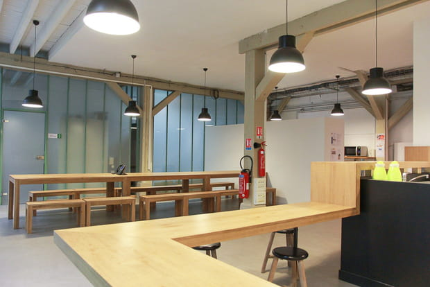 Une cafétéria au style industriel