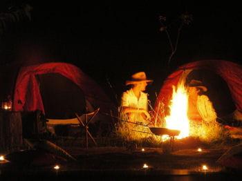 une soirée autour du feu, une nuit sous la tente, la participation au montage