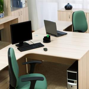 positionnez les bureaux en décalé plutôt que face-à-face.