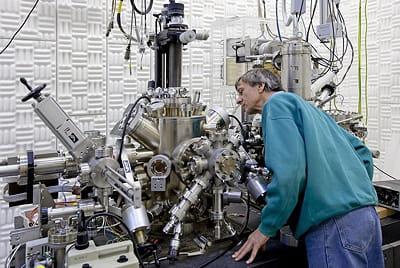 un chercheur se penche sur un microscope à effet tunnel polarisé en spin.