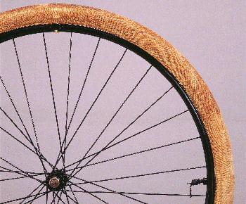 le premier pneu à vélo démontable, produit par michelin.
