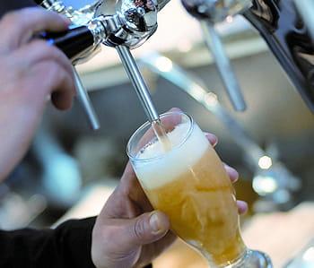 un verre servi à la pression.
