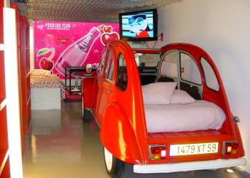 chez bertrand, les touristes peuvent dormir dans une 2 cv! a partir de 71euros