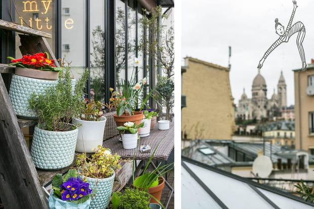 Une terrasse avec vue sur les toits de Paris.