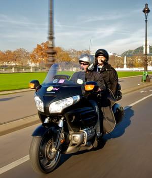 un taxi-moto citybird sillonne les rues de la capitale. comme de nombreuses