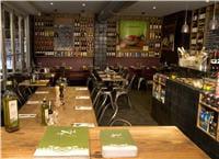 l'intérieur du restaurant des batignolles, à paris.