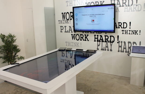 De grandes tables tactiles pour les réunions