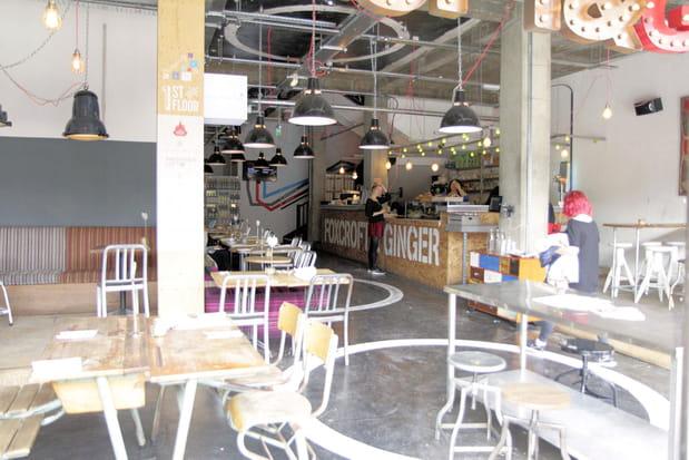 Au rez-de-chaussée, un café voit passer les startuppers