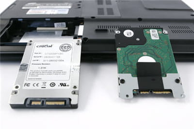 a gauche un ssd, à droite un disque dur classique.