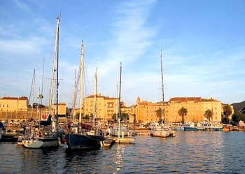 le port tino rossi d'ajaccio dispose de peu de places pour les plaisanciers de